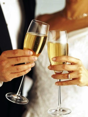 boda, novios brindando